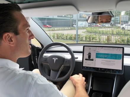 Tesla maakt van jouw auto een mobiel kantoor met vergaderfunctie